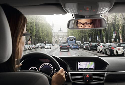 Blickwechsel - Dame im Auto - ZEISS DriveSafe