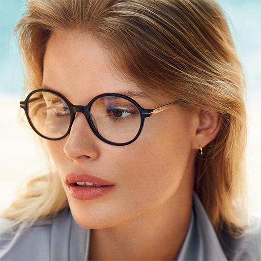 Elegante Frau mit dunkler runder Brille von Betty Barclay