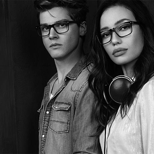 Junges DJ-Paar mit Brillen von Deejay