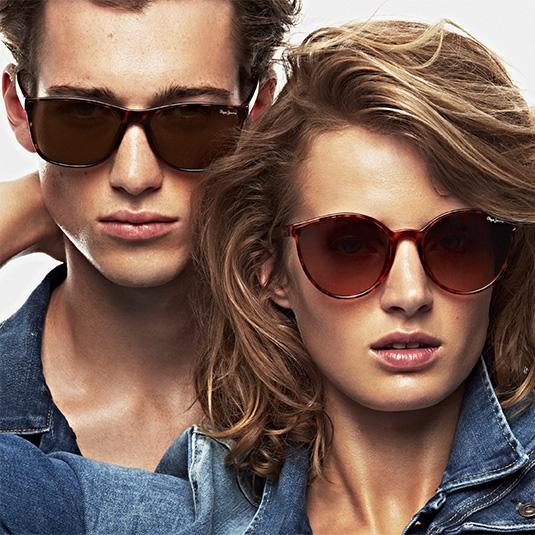 Junges Paar mit Sonnenbrillen von Pepe Jeans