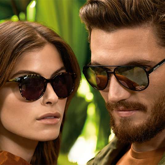 Junges Paar mit Sonnenbrillen von Tom Tailor
