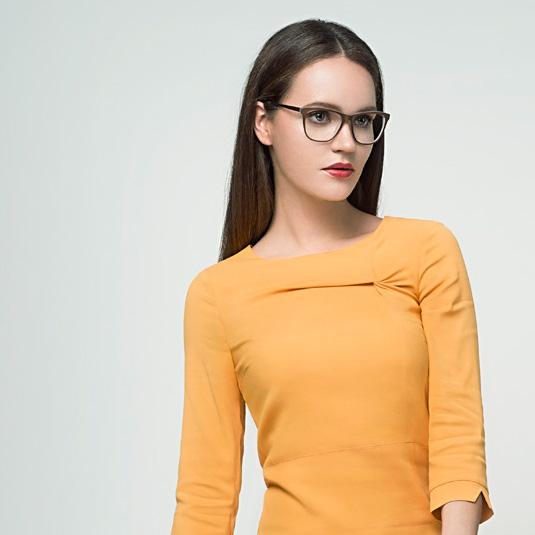 Frau mit eleganter Brille von more and more