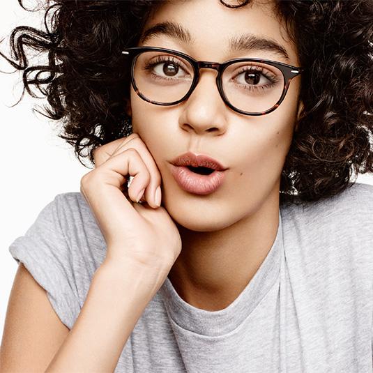 Junge Frau mit Brille von s.Oliver
