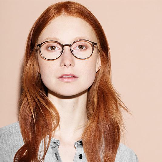 Junge Frau mit dunkler runder Brille von Liebeskind Berlin