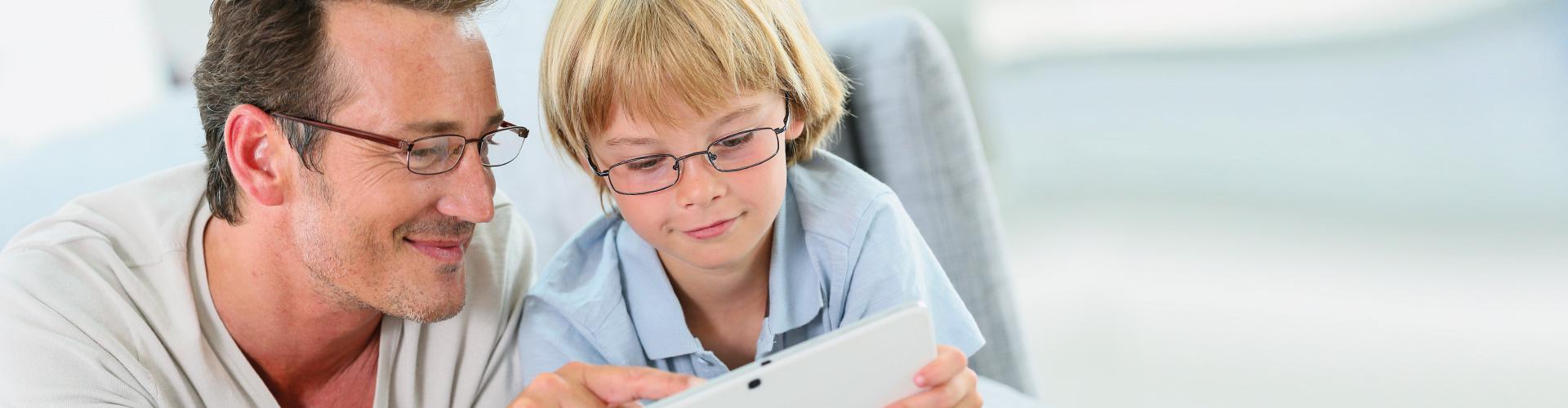 Kopp-Kirsamer - Slider gross Vater und Sohn am Tablet