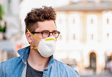 Kopp-Kirsamer – Seitenbild_KKW20_Mann-mit-Brille-und-Mundschutz_AdobeStock_337710308